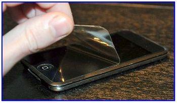 Удалив царапины клеим защитную пленку на экран